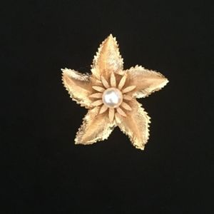 60's Pearl Center Flower Brooch   VSO938